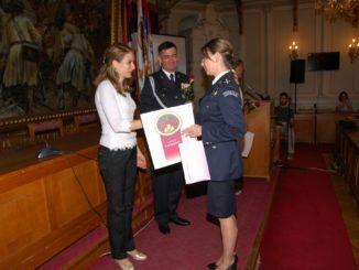 Градоначелница уручује часовник и захвалницу Ренати Рајчањи вишем полицијском инспектору