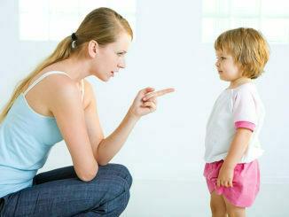 Majka pokušava da vaspitava dete