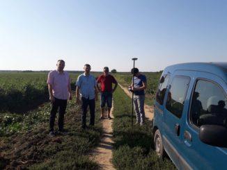 Darko-Radulovic-clan-Gradskog-veca-za-oblast-poljoprivrede-zaposleni-iz-Odeljenja-za-poljoprivredu-i-zastitu-zivotne-sredine-i-koordinator-Poljocuvarske-sluzbe-prilikom-omedjavanja-u-k.o.-Bezdan